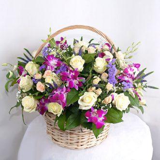 Корзина с орхидеями и розами
