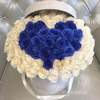Сердце из синих и белых роз