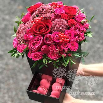 Композиция из 8 макарун и роз