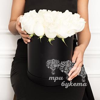 25 белых роз в черной коробке