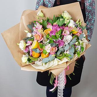Букет из цветов и фруктов в крафте
